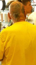 Drôle de manière de se laisser pousser une barbe grisonnante! De l'autre côté Monsieur! 😂