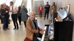 Et soudain, dans le métro, sur un piano public… Stan Urban, 75 ans et tous ses doigts!